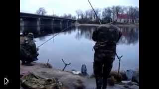 Бухой рыбак не может закинуть удочку в реку - Видео онлайн