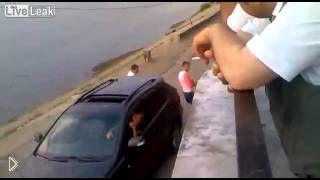 Смотреть онлайн Водитель ауди жестоко избил приставшего алкаша