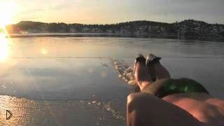 Смотреть онлайн Норвежский пьяница развлекается на замерзшем озере