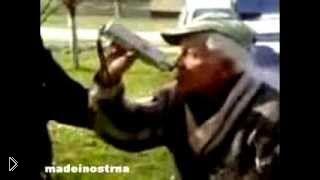 Смотреть онлайн Пьяный дед спутал алкотестер с бутылкой водки
