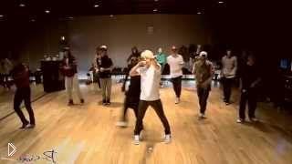 Смотреть онлайн Зажигательный танец молодых парней и девушек
