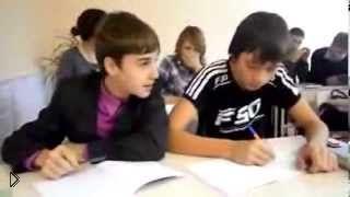 Смотреть онлайн Школьник прикалывается над своим одноклассником