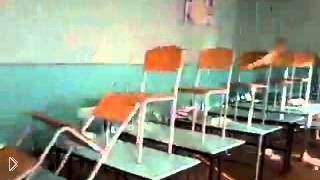 Смотреть онлайн Эффект домино из школьных стульев
