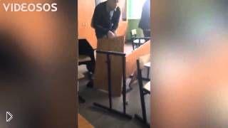 Смотреть онлайн Веселый школьник прыгнул на парту и сломал ее