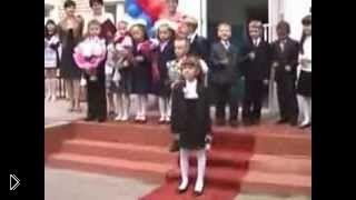 Смотреть онлайн Школьник на заднем плане затмил выступление певицы