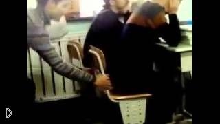 Смотреть онлайн Крутой розыгрыш в школе: вытащи стул из-под друга