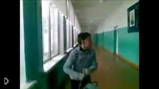 Смотреть онлайн Школьник портфелем разбил стекло в коридоре