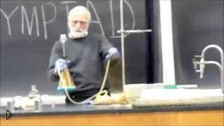 Смотреть онлайн Крутой учитель химии ставит потрясные опыты