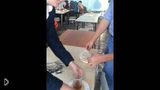 Эксперимент с клейкой кашей в школьной столовой - Видео онлайн
