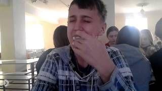 Смотреть онлайн Школьник на спор засунул целый зефир себе в рот