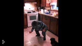 Смотреть онлайн Женщина в возрасте зажигательно танцует на кухне