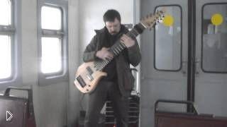 Смотреть онлайн Уличный музыкант круто играет на 12-струнной гитаре