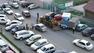 Смотреть онлайн Бухой тракторист за рулем протаранил несколько машин