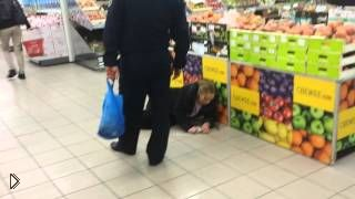 Смотреть онлайн Пьяная бабушка устроила истерику в магазине