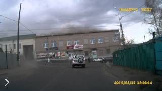 Смотреть онлайн В Чите сильнейший ветер сорвал крышу здания