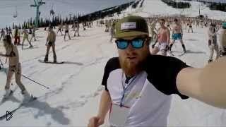 Смотреть онлайн Массовый спуск с горы в купальных костюмах
