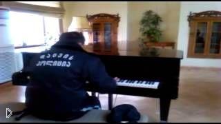 Охранник библиотеки офигенно играет на фортепиано - Видео онлайн