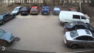 Смотреть онлайн Седоволосый водитель поцарапал машины и уехал