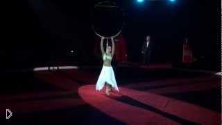 Смотреть онлайн Девушка в белом танцует в воздушном кольце