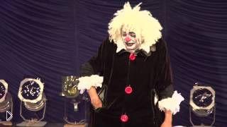 Смотреть онлайн Смешное выступление клоуна с воздушными шарами
