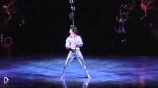 Смотреть онлайн Крутое представление жонглера Цирка дю Солей