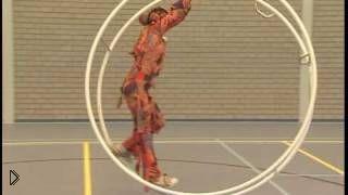 Смотреть онлайн Крутой номер девушки в огромном колесе