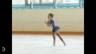 Смотреть онлайн 6-летняя девочка отлично танцует на льду