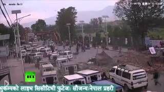 Смотреть онлайн Здание обрушилось из-за землетрясения в Непале