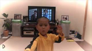 Смотреть онлайн 5-летний мальчишка пародирует Брюса Ли