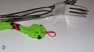 Смотреть онлайн Как сплести змейку из резиночек на вилках