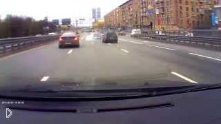 Смотреть онлайн Водитель врезался в отбойник чтобы избежать смертей