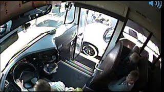 Смотреть онлайн Неадекватный водитель чуть не сбил детей