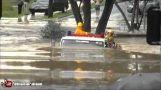 Смотреть онлайн Пожарные легко проехали сквозь водный потоп