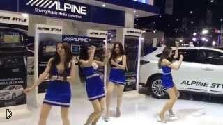 Смотреть онлайн Неадекватные танцы девушек на выставке в Таиланде