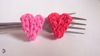 Смотреть онлайн Rainbow Loom: плетем маленькое сердце на вилках