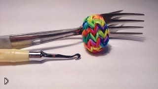Смотреть онлайн Плетем яйцо на двух вилках из резинок Rainbow Loom