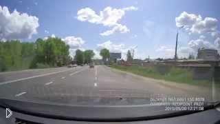 Смотреть онлайн Неадекватный водитель ВАЗа подставил сам себя
