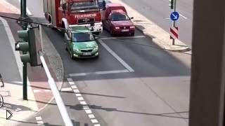 Смотреть онлайн Кретин за рулем намеренно не пропустил пожарных