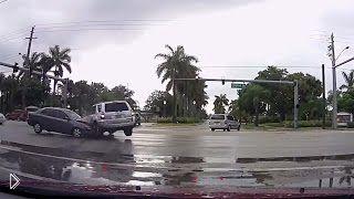 Смотреть онлайн Подборка ДТП: Водители хотят проскочить на красный