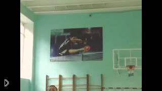 Смотреть онлайн Школьник закинул рюкзак на потолок спортзала