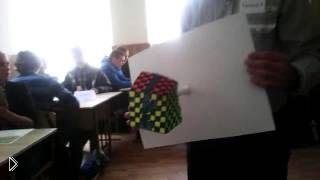 Смотреть онлайн Школьник сделал интересную бумажную иллюзию