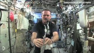 Смотреть онлайн Что будет, если выжать мокрую салфетку в космосе