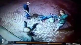 Двое парней решили наказать старика у магазина - Видео онлайн