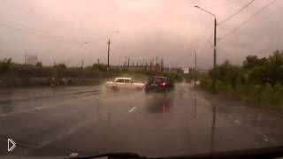 Водитель круто ушел от столкновения - Видео онлайн