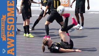 Смотреть онлайн Подборка: Люди круто владеют футбольным мячом