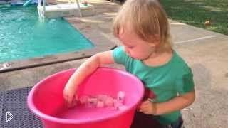 Смотреть онлайн Как занять ребенка летом, играем с кубиками льда