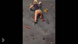 Смотреть онлайн Ребенок ловко карабкается по стене, девочке 1,7 лет