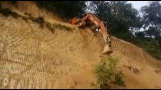 Смотреть онлайн Экскаваторщик спустился с крутого склона