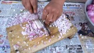 Смотреть онлайн Идеальный кухонный работник измельчает лук
