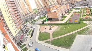 Смотреть онлайн Прыжок с парашютом с жилой высотки